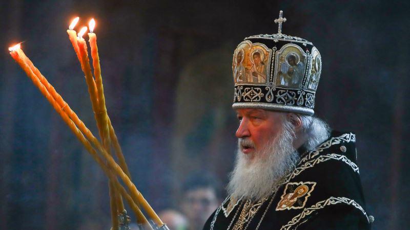 Резиденцию патриарха Кирилла в Москве закидали шашками и повесили плакат «Извинись за Екб»