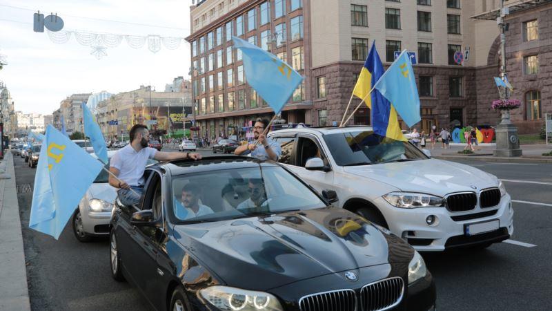 Автопробег и 40-метровый флаг: как отметили День крымскотатарского флага в Киеве (фотогалерея)