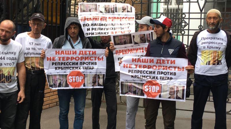 Москва: российские силовики задержали более 50 человек, которые пришли поддержать крымских татар