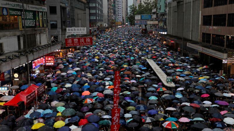 В Гонконге сотни тысяч человек снова вышли на улицы