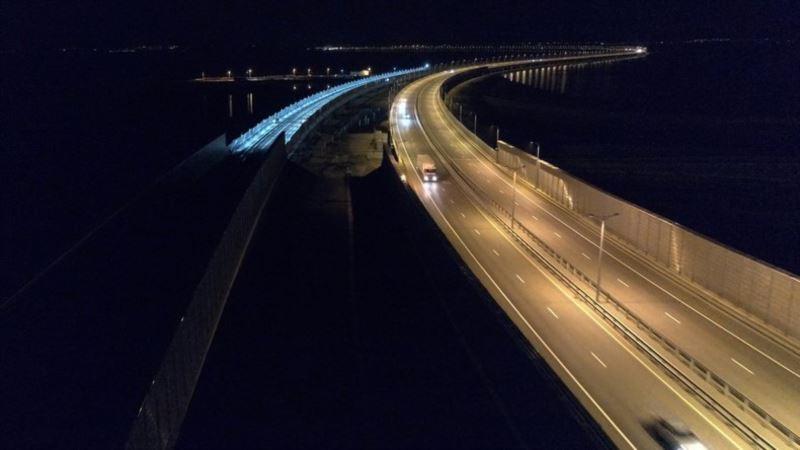 На Керченском мосту проверили освещение железной дороги – строители (+фото)