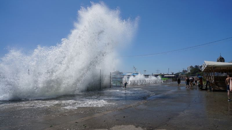 Спасатели предупреждают о шторме в Черном и Азовском морях с 4-метровыми волнами