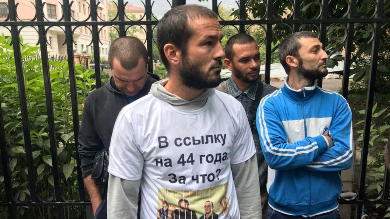 «Будет им по полной программе». Суд оставил в силе штрафы крымским татарам за акцию в Москве