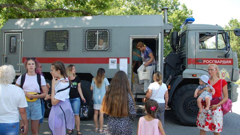 В Севастополе Росгвардия пришла в школы и детсады с антитеррористической проверкой