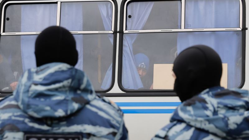 Россия: футбольные фанаты подрались с бойцами ОМОНа