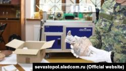 Российский следователь держит найденный у «черных копателей» кувшин