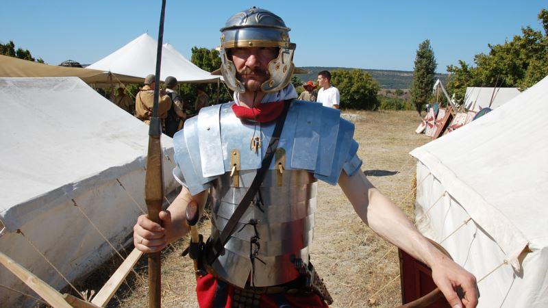 Легионеры, средневековые воины и торговцы на военно-историческом фестивале в Севастополе (фотогалерея)
