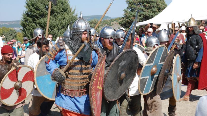 Легионеры и cредневековые воины: под Севастополем прошли показательные тренировки исторических реконструкторов (+фото)