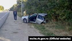 ДТП в Кировском районе: машину разорвало на две части при столкновении со столбом (+фото)