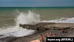 В западном Крыму отдыхающие купались в море, несмотря на запрет (+фото)