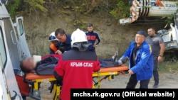 Пострадавших водителя и пассажира автокрана увезли в больницу