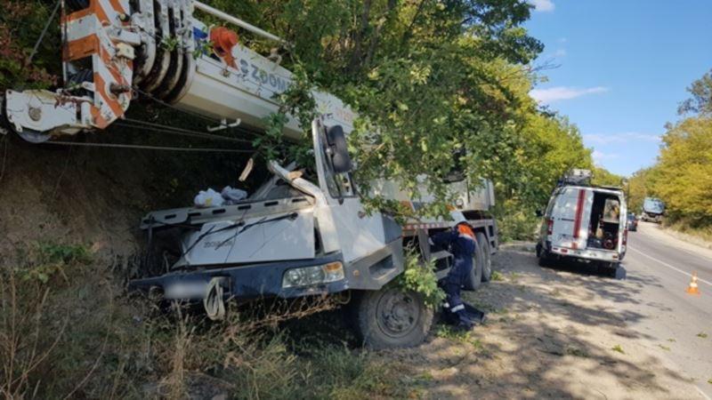 Автокран съехал с дороги под Судаком, двух человек госпитализировали – спасатели (+фото)