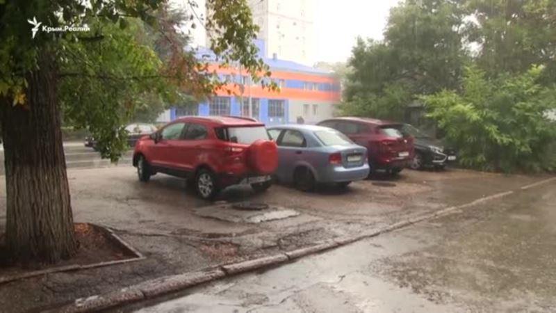 Непогода в Севастополе: штормовой ветер сменился ливнем (видео)