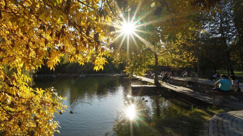 «Три грации» в лучах заката: осень в Симферопольском парке (фотогалерея)