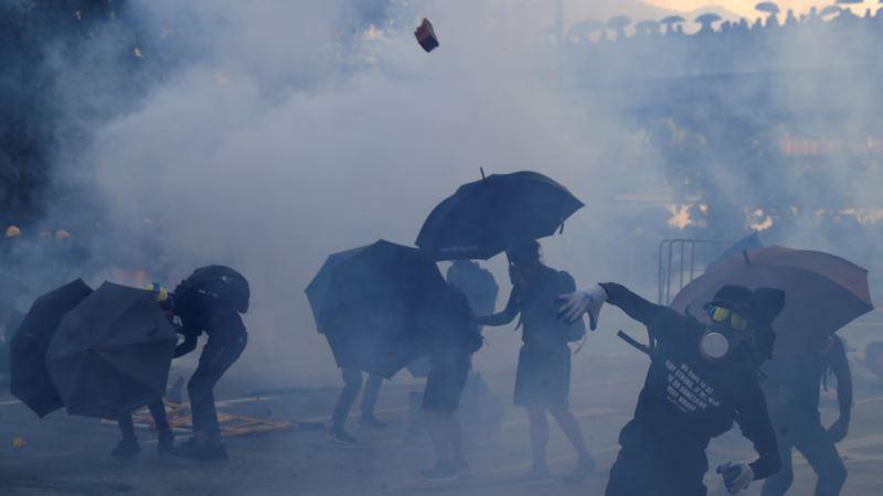 В Гонконге полиция применила оружие против протестующих