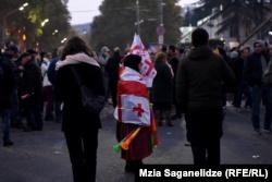 Протесты в Тбилиси: возле парламента возводят баррикады, принесли мешки с песком (+фото)