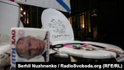 «Гумконвой для России». В Киеве под российское посольство принесли трусы и унитазы (+фото)