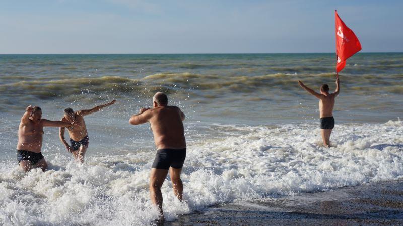 В Саках шторм не позволил крымским «моржам» совершить массовый заплыв в море (+фото)