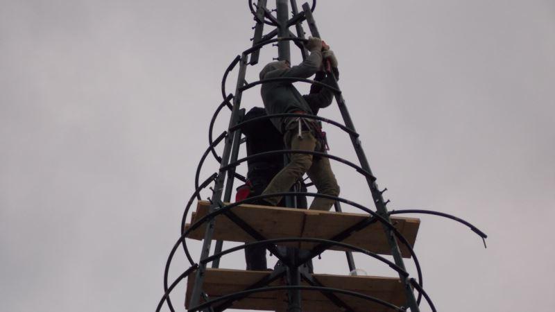 Вместо триколора – тысячи лампочек: в Севастополе продолжают устанавливать новогоднюю елку (+фото)