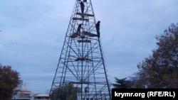 Монтаж новогодней елки в Севастополе, 28 ноября 2019 года