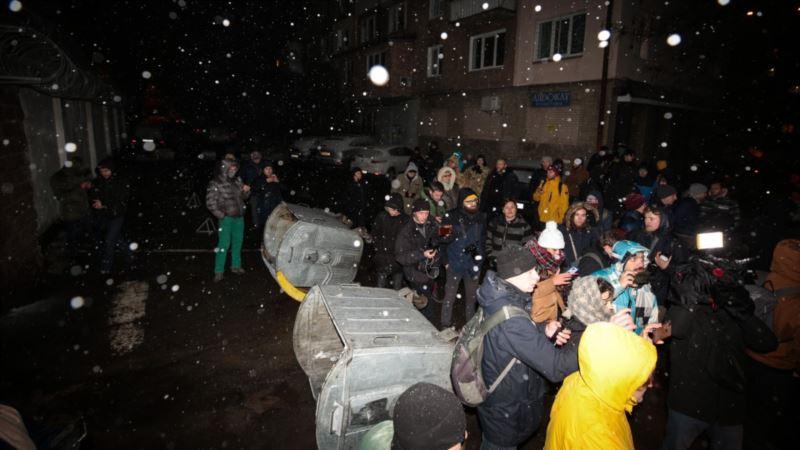Освобождение экс-«беркутовцев» для обмена: под судом потасовка, под СИЗО – баррикады (+фото, видео)