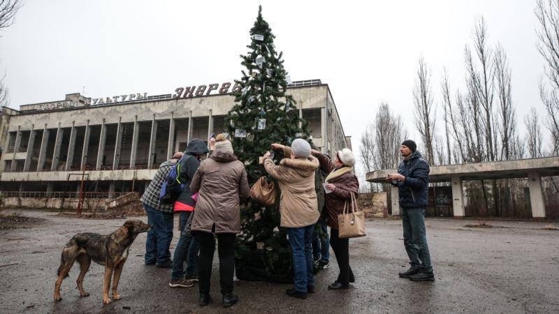 В Припяти установили новогоднюю елку (фотогалерея)