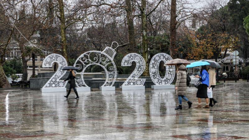 Власти Ялты открыли платные парковки к новогодним праздникам