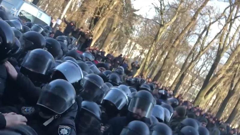 Стычки под Радой в Киеве: слезоточивый газ и снесенные палатки (видео)