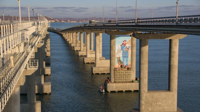 На опоре Керченского моста нарисовали строителя с котом и собакой (+фото)