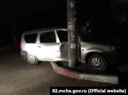 Феодосия: водитель «Рено» ночью на скорости въехал в электростолб (+фото)