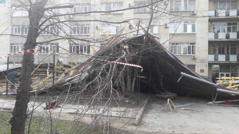 В Крыму ветер продолжает срывать крыши