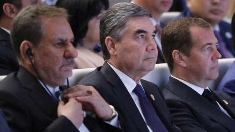 В Туркменистане чиновников старше 40 лет обязали стать седыми как президент