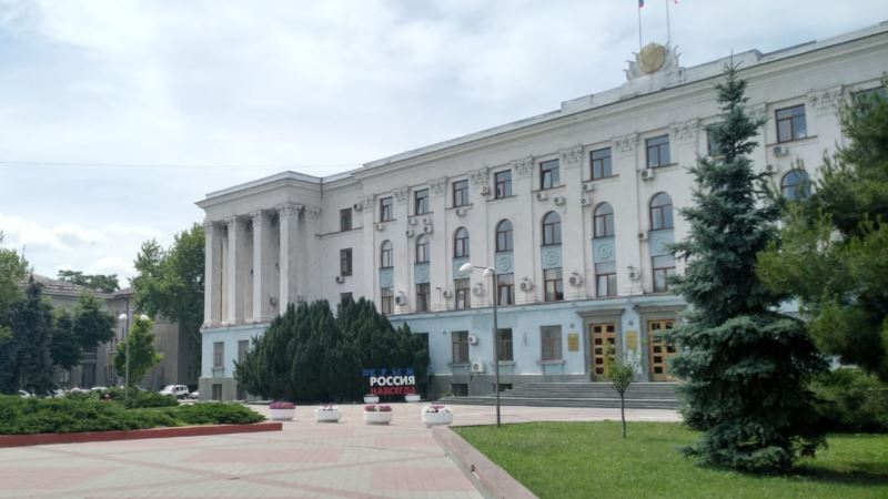 В Симферополе машина вылетела на газон под зданием правительства Крыма