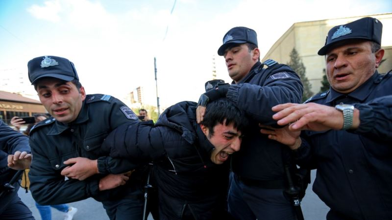 В Баку десятки человек задержаны перед митингом против фальсификаций на выборах