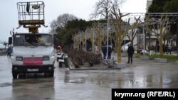 На набережной Ялты устраняют последствия шторма (+фото)