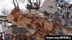 Симферополь: кованая карта России поржавела (+фото)