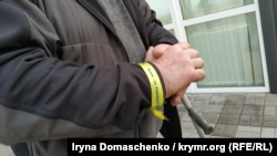 Браслет «Крым – это Украина» на руке Эдема Бекиров