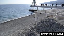 В Ялте на Массандровский пляж завезли 500 тонн щебня (+фото)