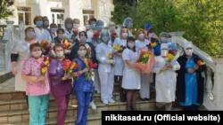 Никитский ботсад подарил крымским медикам тюльпаны со своей выставки (+фото)