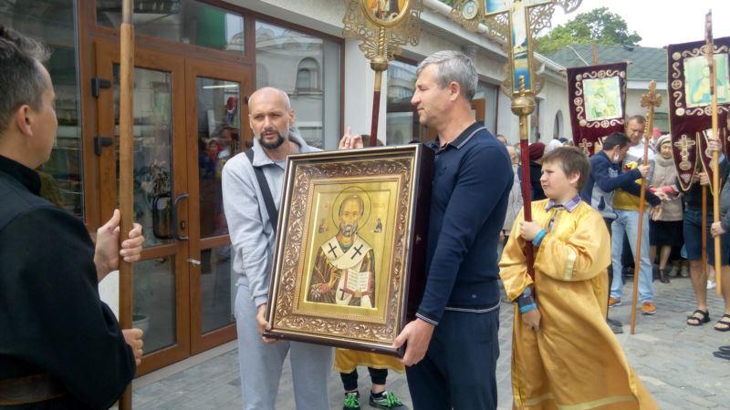 Коронавирус: в севастопольском храме провели службу без масок и перчаток