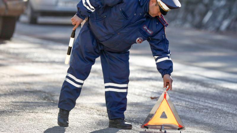 Севастополь: автомобиль врезался в дерево и загорелся, пострадало три человека