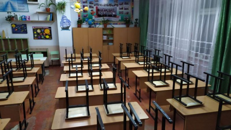 Узбекистан: чиновника оштрафовали за то, что он отправил учителей на прополку полей