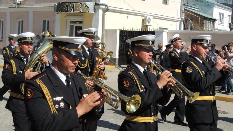 Коронавирус: в Керчи устроили парад под окнами ветерана (+видео)