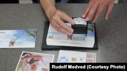 Процесс памятного гашения марки на конвертах и открытках