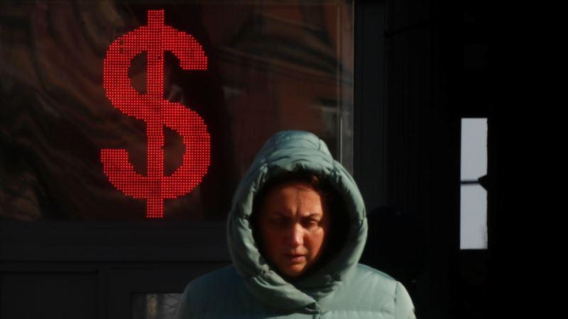 Россия: экономисты прогнозируют рост доллара до 90 рублей и безработицу до 8%