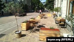 COVID-19: в центре Симферополя открылись летние площадки кафе (+фото)