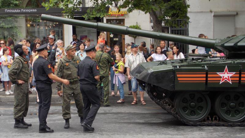 В Севастополе во время парада танк чуть не въехал в толпу. В Минобороны России заявили, что инцидент был неопасен