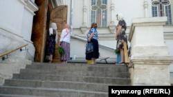 Троица в Севастополе: верующие массово пошли в храмы без масок и перчаток (+фото)