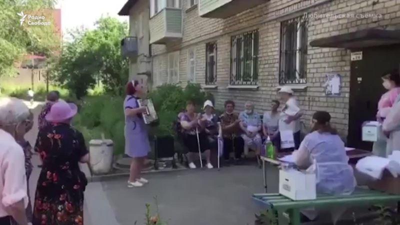 На лавочке, в багажнике, на вокзале: как в России голосуют за путинскую Конституцию (видео)