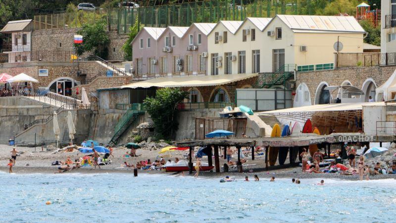 Власти Крыма нашли нарушения на пляжах Ялты и Черноморского района